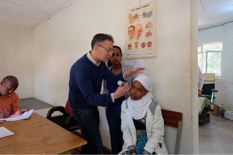 """ד""""ר קצנל בודק מטופלת באתיופיה"""