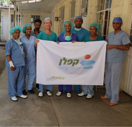 """ד""""ר קצנל מלמד רופאים אתיופים"""