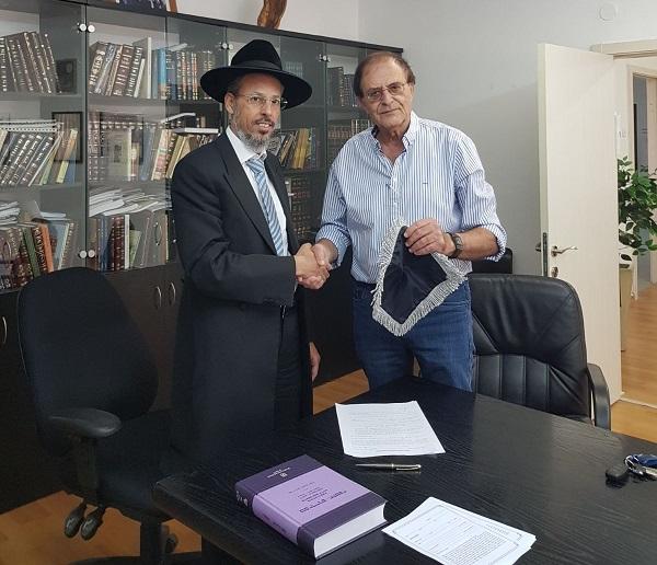 דורון מילברג והרב יוסף מלכיאל במכירת החמץ