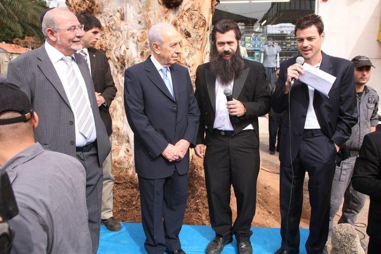 אקי אבני ורחמים מלול במהלך קבלת הפנים לנשיא המדינה דאז, שמעון פרס, בחגיגות ה-120 לרחובת