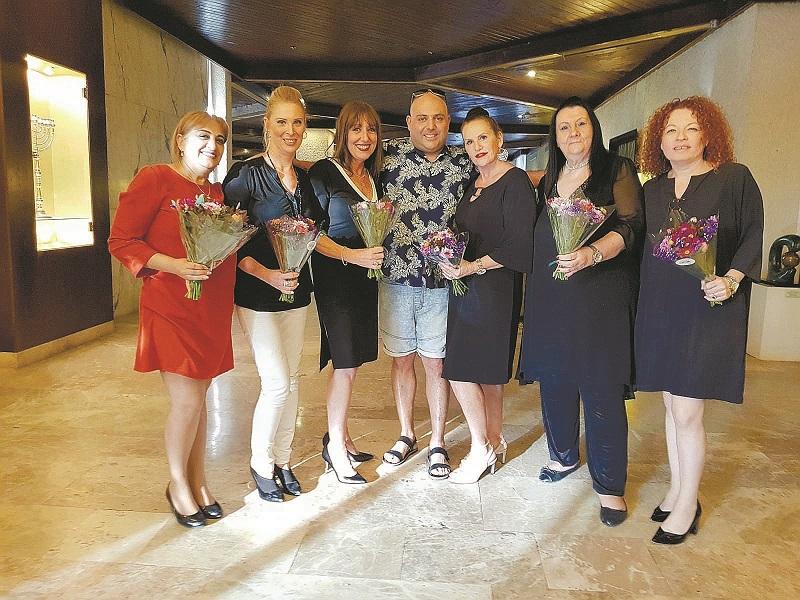 אסף אטדגי עם רונית רונן וצוות המנהלות של מלון קיסריה