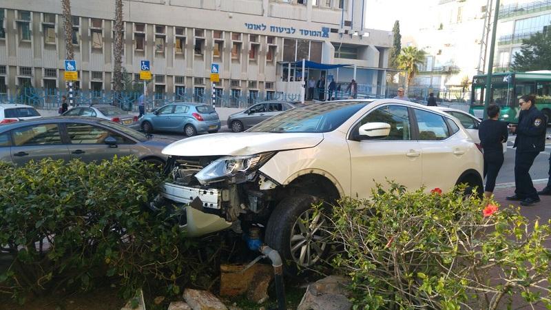 הרכב עלה על המדרכה ברחוב רמז ברחובות (צילום: דוברות איחוד הצלה)