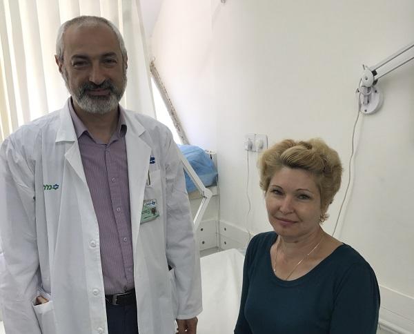 """ד""""ר קוניאבסקי והמטופלת מריה לוקיאנצ'נקו (צילום: אופיר לוי, בית החולים קפלן)"""