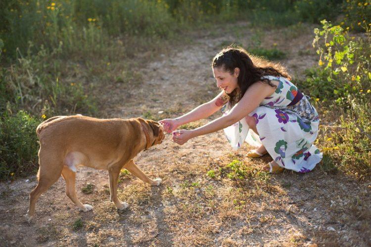 מיכל זילברמן והכלב הנרי (צילום: ג'ני גפטרשוסטר)