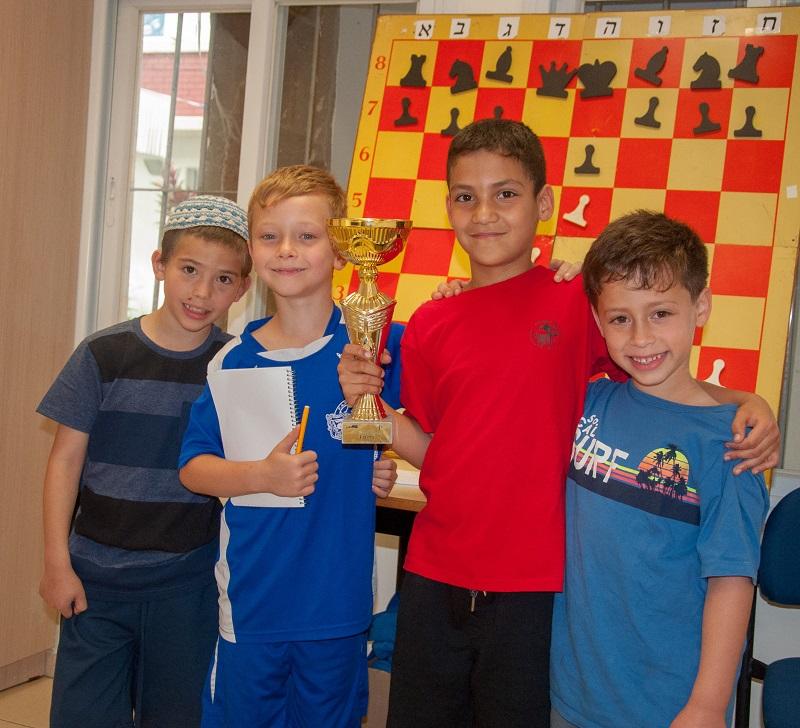 אלופי השחמט הצעירים מרחובות. מימין: דביר גלייזר, אורי שפר, אורי רוטמן ומתן יפרמנקו