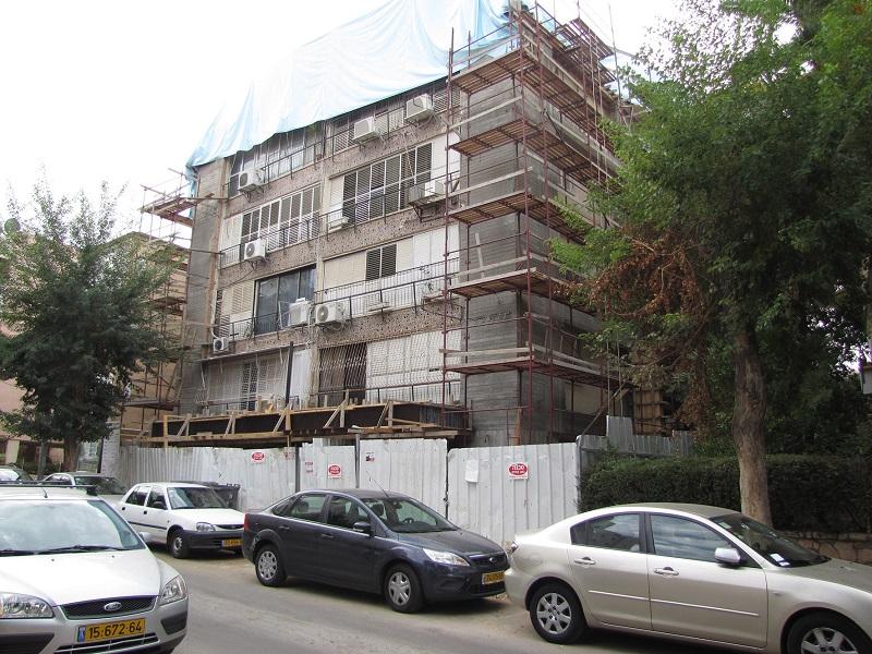 """בניין במהלך עבודות תמ""""א 38"""