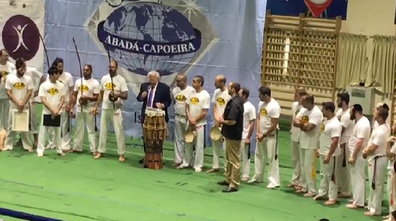 שגריר ארצות הברית בישראל, דייוויד פרידמן, מעודד את אלוף הקפוארה הרחובותי מיקי חייט