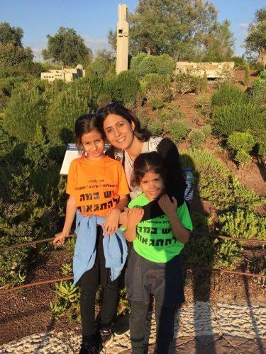 תלמידי והורי בית הספר מעלות משולם ביום חווייתי במיני ישראל