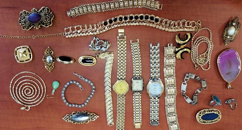 תכשיטים שנתפסו ברשותו של הגנב