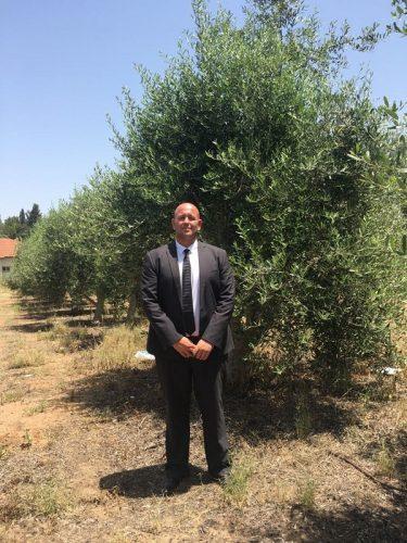 עורך הדין אורן אבלה בכרם הזיתים של המשפחה