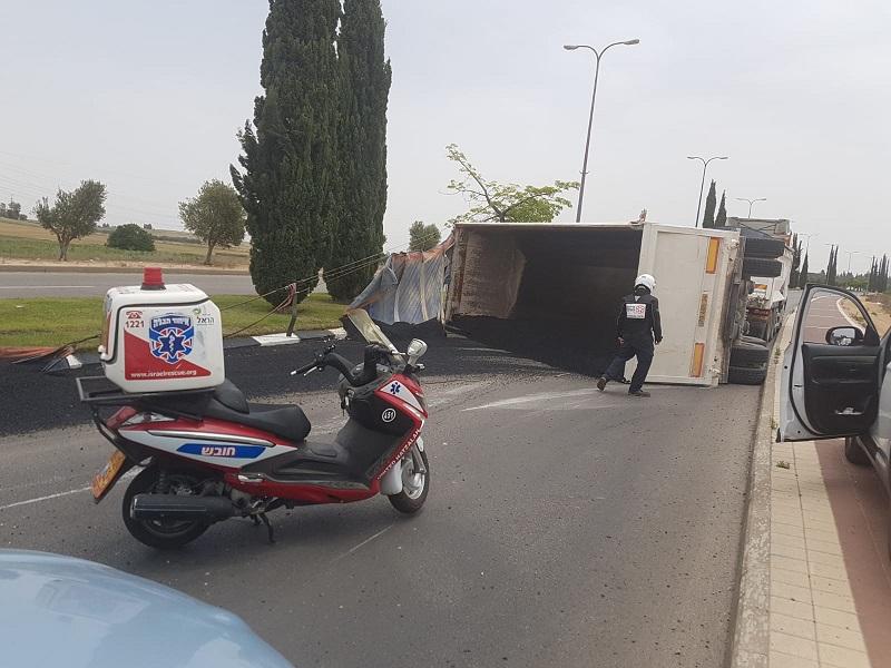 זירת התאונה בכביש מנחם בגין (צילום: דוברות איחוד הצלה)