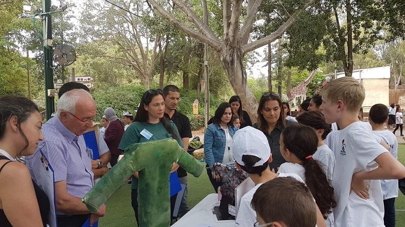 תלמידי ניצני המדע מציגים לנשיא התאחדות התעשיינים את הפיתוח