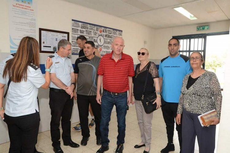 """משפחתה של טופז ז""""ל עם רות זלוף ונציגי שירות בתי הסוהר"""