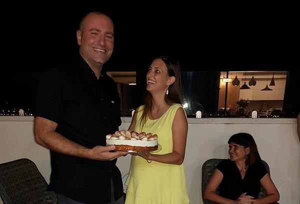 מתן דיל מקבל מאשתו עוגת יום הולדת