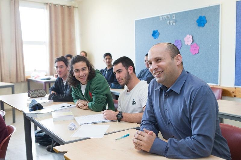 שר החינוך נפתלי בנט עם תלמידים