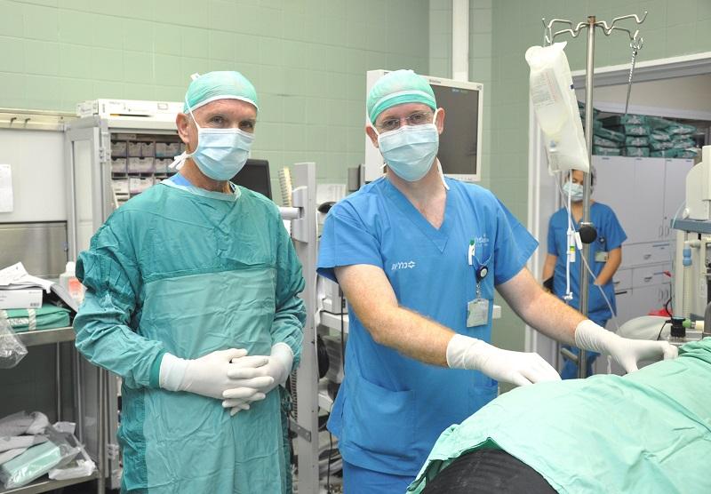 """ד""""ר גיא פינס ופרופ' אמיר אלעמי בחדר הניתוח (צילום: בית החולים קפלן)"""
