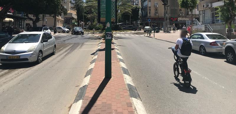רוכב אופניים חשמליים ללא קסדה (צילום: עמותת אור ירוק)