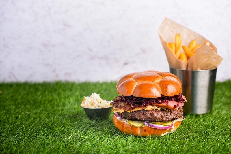 המבורגר בצורת כדוררגל ברשת BBB (צילום: אסף לוי)