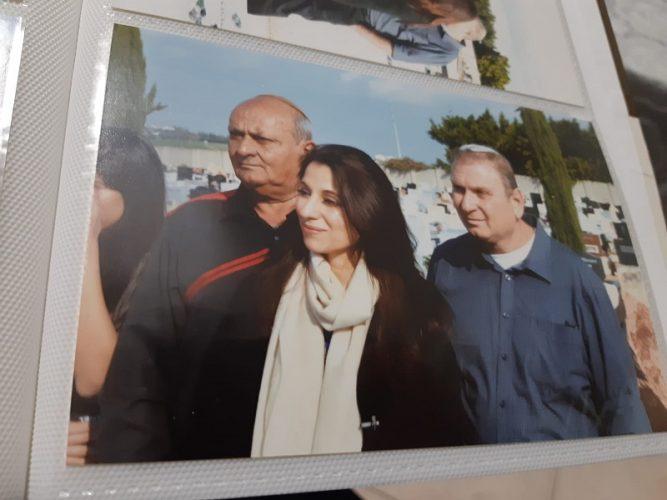 האחים חסיד עם איווט מנסיס קורפורון במהלך ביקורם ביוון