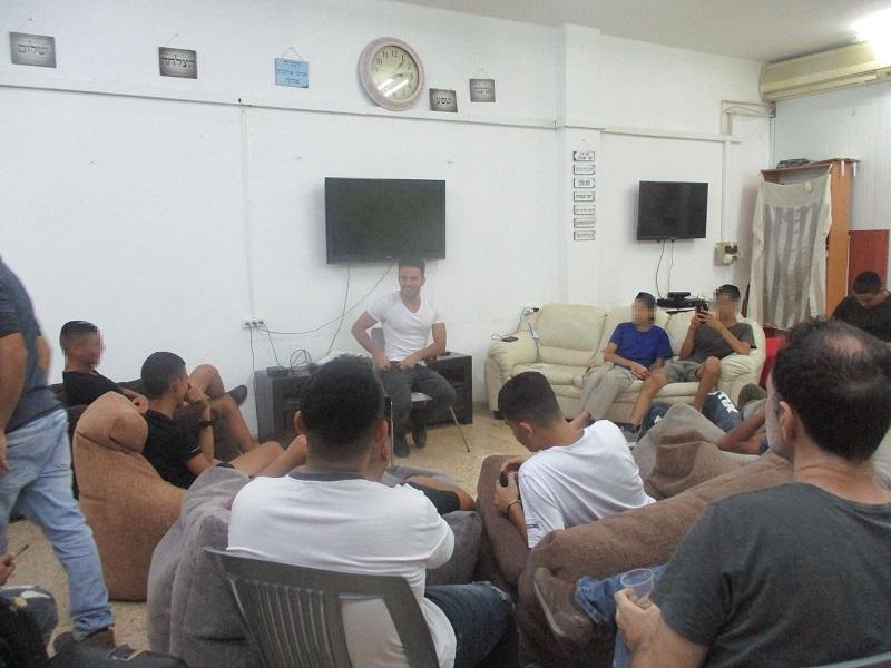 ישראל אטיאס במרחב הפתוח במרכז הטיפולי בדניה