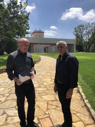 יאיר לפיד ופרופסור זייפמן על רקע בית הנשיא חיים ויצמן