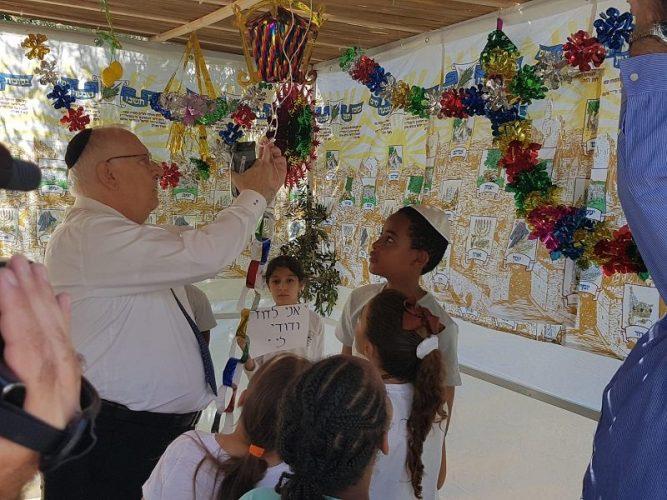 """תלמידי בית הספר """"יבניאלי"""" זכו לפני מספר חודשים בתחרות הכתיבה של המרכז הישראלי לחדשנות בחינוך. היום הם זכו בפרס נוסף על הצטיינותם לקראת החג"""