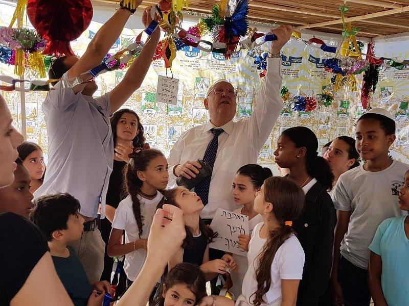 תלמידי יבניאלי בסוכת הנשיא