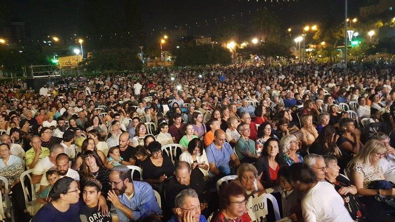 """הקהל הגדול באירועי """"שרים בסוכות"""""""