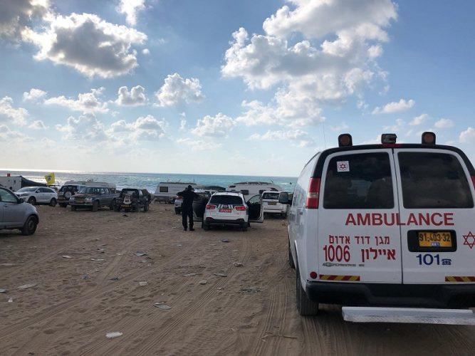 """זירת הטביעה בחוף פלמחים (צילום: רונן אברהמי, תיעוד מבצעי מד""""א)"""
