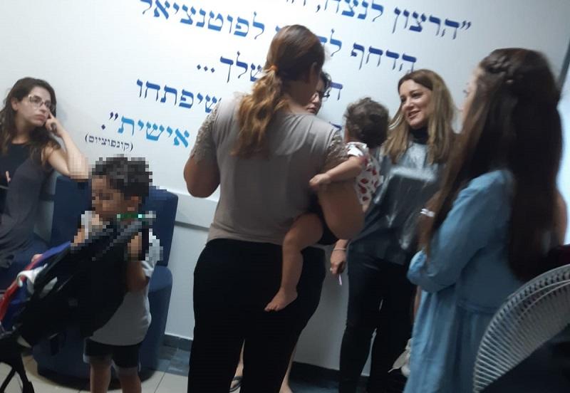 אפרת צוקרמן מטפלת אישית בפניות הורים ביום הראשון ללימודים