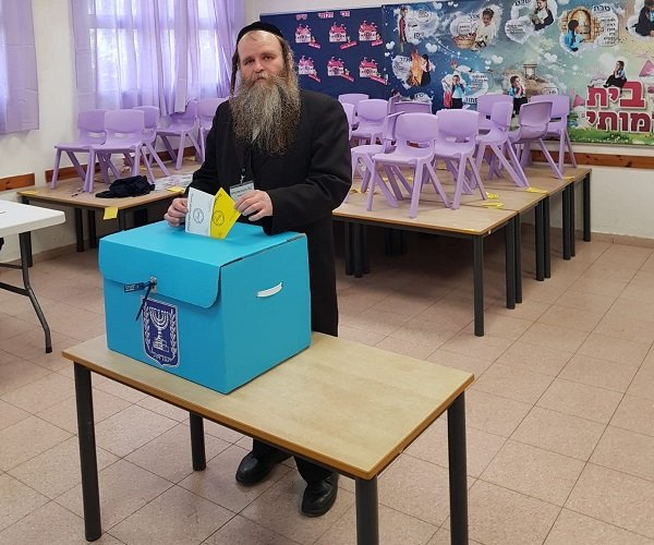 פנחס הומינר במהלך ההצבעה בבחירות