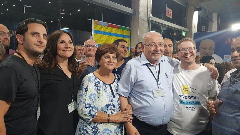 ראש העיר רחמים מלול ובני משפחתו בתום ספירת הקולות