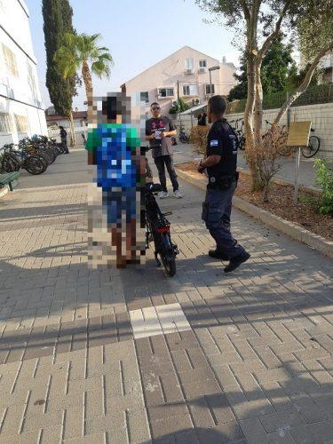 פקחי השיוטר העירוני במהלך מבצע האכיפה של האופניים החשמליים