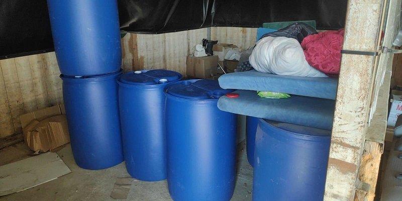 חביות המכילות חומר החשוד כמתנול במעבדה לייצור אלכוהול מזויף בקרית עקרון (צילום: דוברות המשטרה)