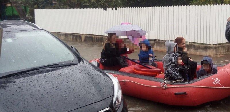 מבצע החילוץ מגן הילדים ברחוב ה' באייר ברחובות שפונה בעקבות הצפה