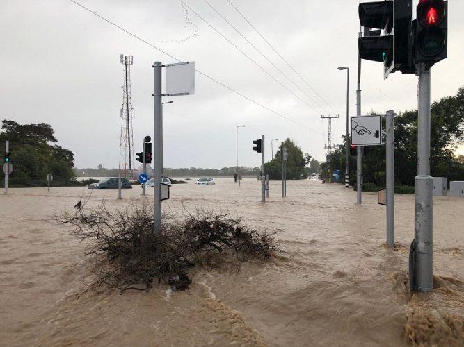 חסימת כביש 40 מברנר לקידרון בעקבות הצפות (צילום: דוברות המשטרה)