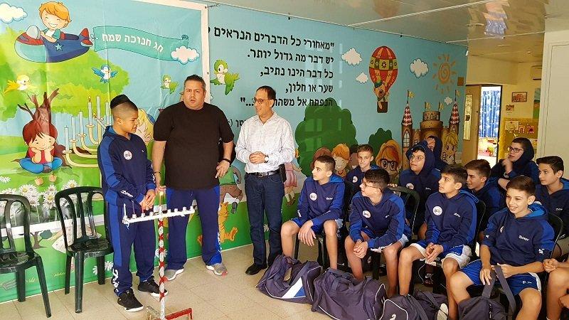 קבוצת הילדים של מכבי רחובות בגני לימן לצרכים מיוחדים