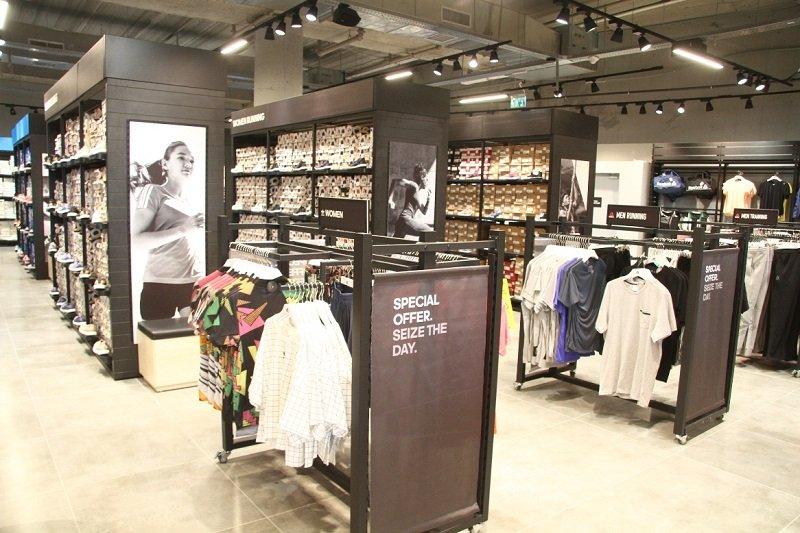 חנות אדידס אאוטלט במתחם עופר בילו סנטר (צילום: אסף לב)