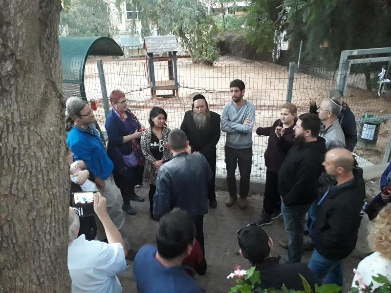 פנחס הומינר ואיטל בציר אלשיך במפגש עם תושבי שכונת היקב