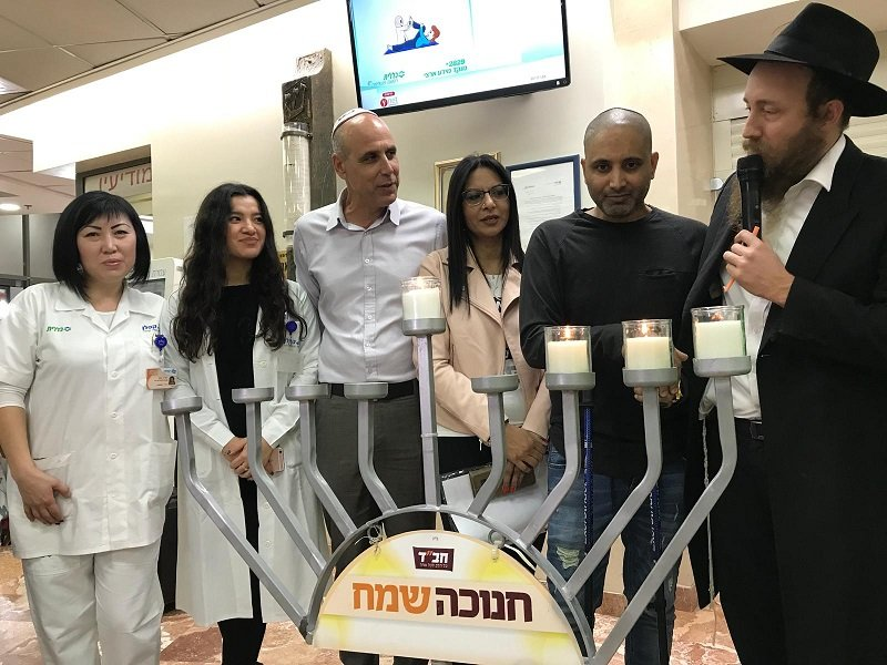 ניב נחמיה וצוות בית החולים קפלן בהדלקת נר שלישי (צילום: אופיר לוי, בית החולים קפלן)