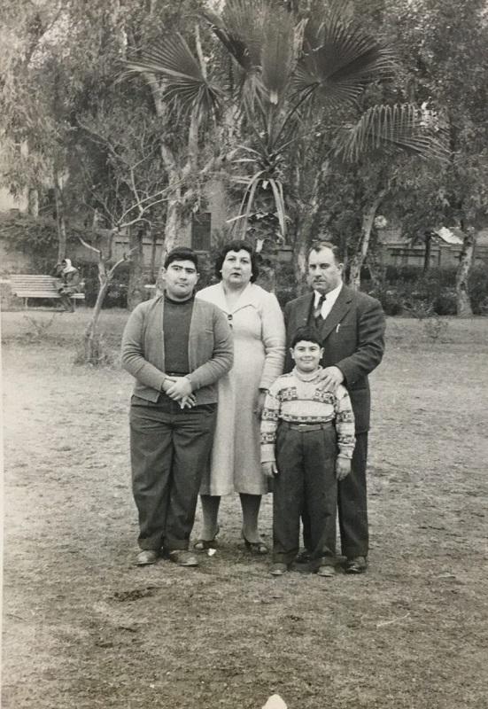 אמיל חי ומשפחתו בעיראק (צילום: אלבום משפחתי)