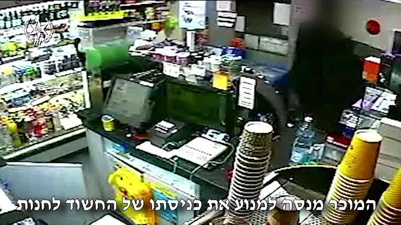 מתוך מצלמת האבטחה של חנות הנוחות