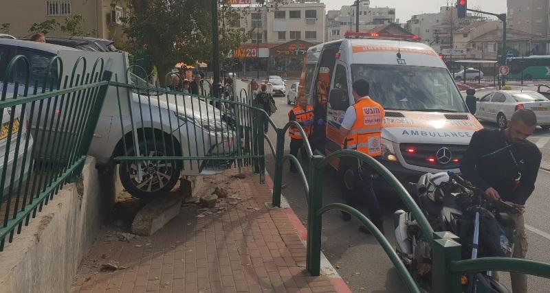 התאונה בחניון שמול קניון רחובות (צילום: דוברות איחוד הצלה)