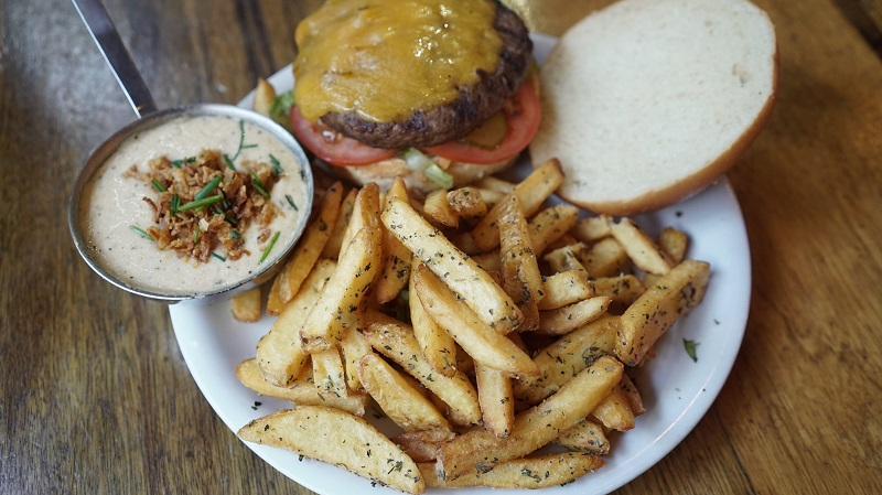 המבורגר וצ'יפס של יומנגס (צילום: ישראל קרן)