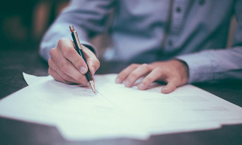 חתימה על מסמכים (צילום אילוסטרציה)