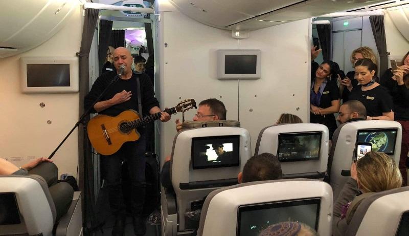 דני רובס בהופעה במטוס (צילום: קרן רז)