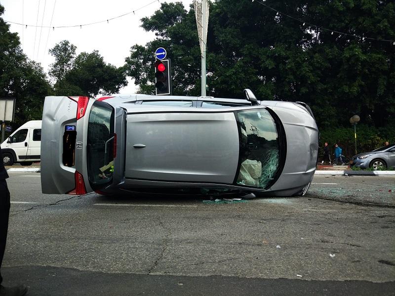 רכב התהפך בצומת מכון ויצמן (צילום: ג'ני גפטרשוסטר)