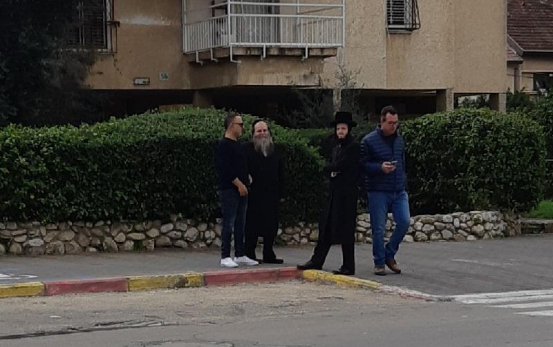 אבי קינד, פנחס הומינר וליאור שוקרי במהלך הסיור ברחוב ההגנה