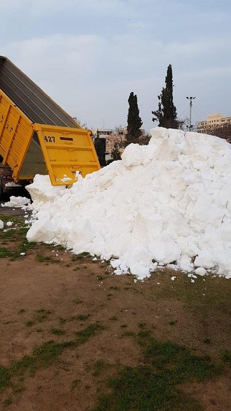 משאית פורקת שלג בגן המייסדים ברחובות