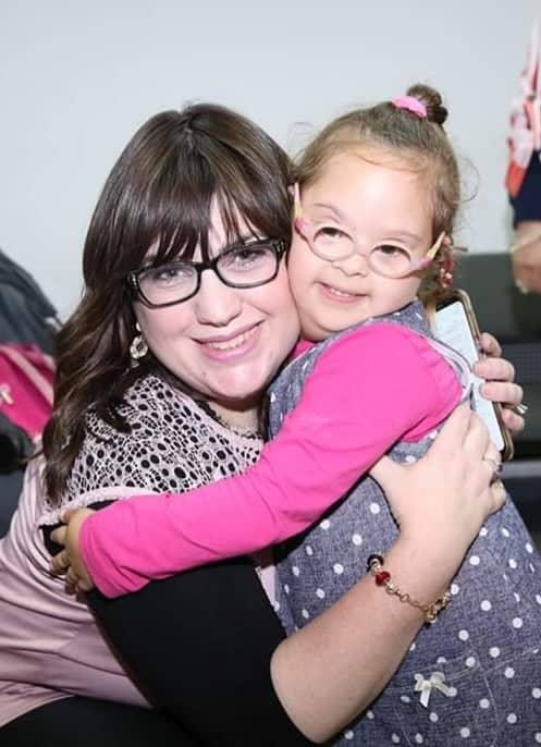 רייזי קירשנשטיין והילדה שושנה ציפורה הלומדת בגן לחינוך מיוחד